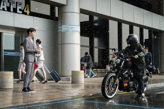 """Lihat Aksi Heroik Jang Nara Mengendarai Motornya Di Tengah Hujan Untuk Membantu Shin Jae Ha Di """"VIP"""""""